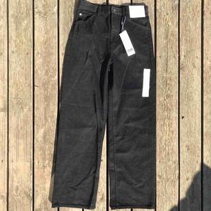 High rise boyfriend jeans från Uniqlo, strl 26. Sitter löst över benen och tight över midjan. Helt oanvända med lappar kvar! Frakt tillkommer.