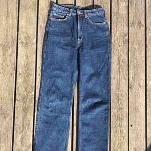 Jeans från Weekday i modell Rowe, mörkblå. Strl 28/30. Använda ett fåtal gånger, säljer pga de är för små för mig! Frakt tillkommer.