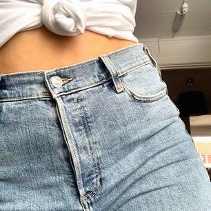 Så otroligt snygga jeans från Mango. Tvätten är ursnygg och lite kallare än vanligt. Tyvärr är dessa för stora för mig, speciellt i midjan.  Köparen står för frakten   Jag är 164 cm stl 36/38