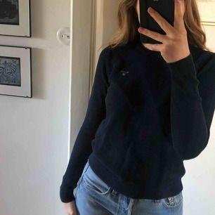 Fin marinblå tröja ifrån Gant. Frakt ingår ej💙.