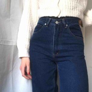 Så snygga mörkblåa mom-jeans köpta på Humana!🥰 Står ingen storlek, men skulle gissa att de är typ 26 i midjan och 32 i benen. • Ser i princip helt nya ut och har bara testats av mig.  Frakt på 60kr tillkommer.