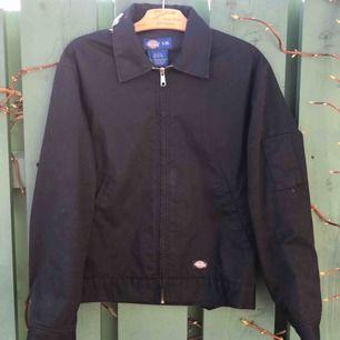 Dickies Eisenhower jacket i svart, storlek S! Säljer pga använder inte. Superfint skick! Kan mötas upp i Stockholm eller frakta, frakten tillkommer. Priset kan diskuteras :)