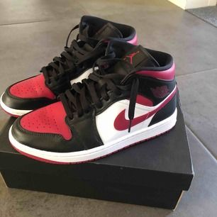 Säljer mina trendiga Air Jordan 1s black/noble red/white som är nästan omöjliga att få tag på i denna storlek i Sverige. Ett bra pris då summan blir mycket högre om man beställer från USA. Perfekt skick bara använda fåtal gånger! Bud fungerar också
