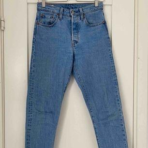 Levi's jeans 501 i fin blå färg, har klippt av dom själv i benen! Fint skick Köparen står för frakten!