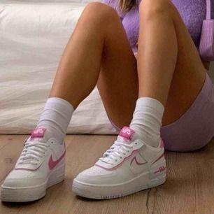 (Första bilden är inte min bild) FINASTE skorna som finns, nike airforce shadow modell. Använda en gång, säljer då dom är rätt stora på mig 🥰🥰 om många är intresserad får ni buda