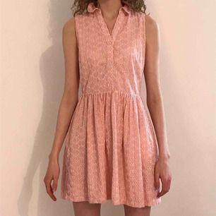Jättefin klänning i bra kvalitet från Jack Wills. Vintage/50-talsinspirerad. Passar 32/34. Går till halva låret på mig som är 174.