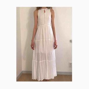 Vit flowy långklänning från Some days lovin köpt på Urban Outfitters. Perfekt på studenten, konfirmationen eller skolavslutningen. Använd två gånger. Lite kort för mig som är 174, passar nog perfekt till ca 170. Hög hals och fina detaljer