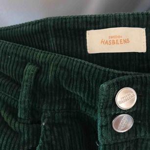 Gröna manchesterbyxor från Swedish Hasbeens i typ mom jeans modell. Superfina men för stora för mig. Lite skrynkliga på bilden men det är bara att hänga upp dem.