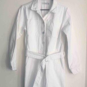 Märke: Na-kd Typ: byxdress Storlek: 38 Färg: vit denim Material: 100 % bomull Kroppstyp: kvinna  Skick: nyskick, dock en liten missfärgning på bältet