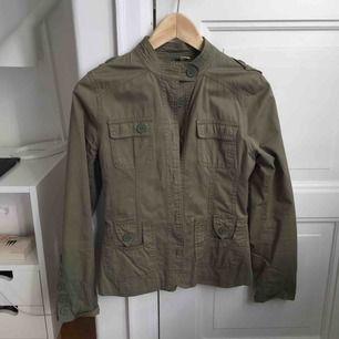 Supersnygg klassisk militärgrön jacka. Stilren och passar till det mesta, perfekt till våren! Kvar om ej markerad såld. ✨