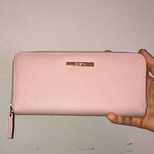Beige/ ljusrosa plånbok från Bershka i fint skick! 50kr + frakt💜
