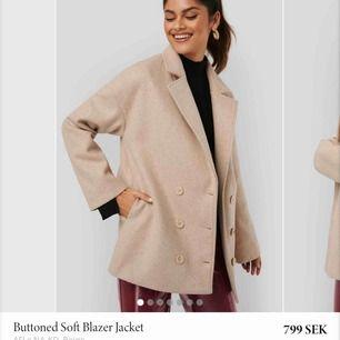 Säljer denna jätte fina kappa från NAKD x AFJ. Nästan helt slutsåld på hemsidan, storlek 36. Har knappt använt den, bara 1-2 gånger. Köpte den för 799 men priset kan diskuteras. Kan fraktas men då står köparen för frakten!😊