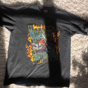 Harley Davidson T-shirt! Så sjukt snygg, men används inte så ofta längre! Frakt: 25kr