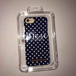 Ett jättefint mörkblått skal med vita prickar från Ideal of Sweden. Passar iPhone 6, 7 och 8. Aldrig använd för att det inte passar till min mobil! 100kr + frakt💙
