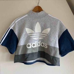 Oanvänd adidas crop top hoddie! ✨storlek 38. Köparen står för frakt. Hör av er om ni vill se fler bilder! 🥰🥰