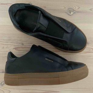 Jättecoola Axel Arigato sneakers! Storlek 38 men är små 38or Jättebra skick använda ca 5 ggr Modellen och färgen finns inte kvar längre att köpa Buda från 650kr❤️ Nypris 1900kr (äkta läder)