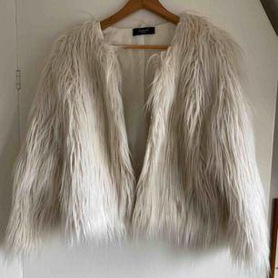 En offwhite fuskpäls jacka från SisterS point!🥰 bra skick. Köparen står för frakt ❤️