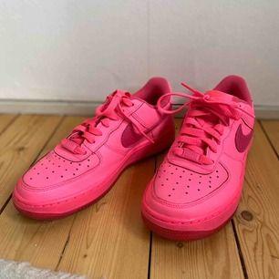 Air force one rosa skor från Nike! Använda endast en gång då dom tyvärr är för små för mig. Supercoola!!! Köparen står för frakt. 🌟🌟🌟