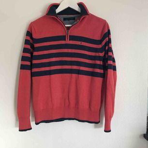 Superfin Tommy Hilfiger tröja. Strl S-M men passar även XS (lappen avklippt för den skavde). Mycket fint skick och härlig färg. Köpare står för eventuell frakt 💗⚡️