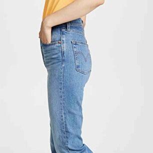 Har exakt dessa levi's jeans, använda 1 gång så inga slitningar och bra kvalité. Slutsålda överallt, originalpris: 98USD=1000kr ungefär. Skicka ett meddelande för egna bilder/frågor.. Storlek 25:32, passar perfekt på mig, är ca170cm