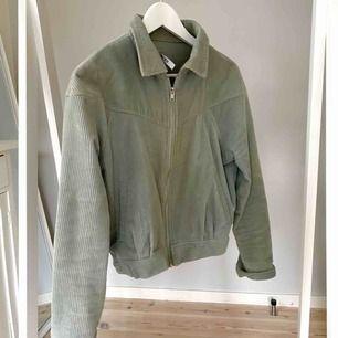 Jättefin mintgrön manchesterjacka från Na-kd  Samma som Frida Tordhag hade i sin studentvideo! 250kr + frakt  storlek 34, true to size