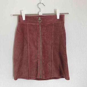 Fin rosa kjol i Manchestertyg, strl XS från Gina Tricot. Aldrig använd då den är för liten för en som är S/M. Köpare står för eventuell frakt💗⚡️