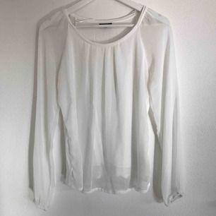 Superfin vit blus från Street One i strl 38/M passar även XS/S. Blusmaterial överallt men skönt T-shirt material i ryggen och under första lagret förutom vid armarna. Väldigt fint skick!! Frakt tillkommer eventuellt 💗⚡️