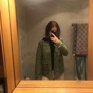 Säljer min militärgröna jacka då den inte används längre! Den har coola nitar och stenar som detaljer på fickorna och axeln! Den är i barnstorlek 164 men den passar mig som är xs/s💚💚