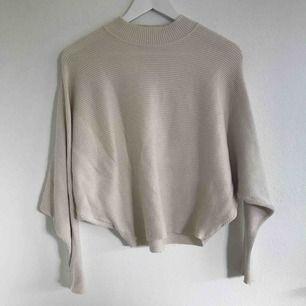 Stickad, ribbad krämvit tröja från Zara i strl S men passar även XS/M. Alla lappar avklippta men bra använd kvalité och formar kroppen snyggt. Frakt står köpare för💗⚡️