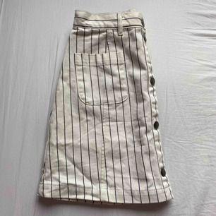 Svart och vit-randig kjol från monki. Knappar där fram och fickor. Väldigt sparsamt använd eftersom den är fel storlek🦋