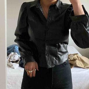 """Svinsnygg läder """"skjorta"""", obs spegel skitig inte tröjan, även läderimitation"""