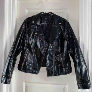 Super snygg svart skinnjacka, strl 40 men jag som oftast brukar bära 36-38 passar den jätte bra