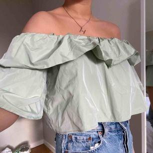 """grön fin off shoulderblus, finns """"straps"""" man kan ha på axlarna"""
