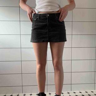 Snygg grå manchester-kjol från Filippa K. Kjolen är i storlek M men känns mer som en S då den är väldigt kort. Frakt tillkommer 🦋🥰
