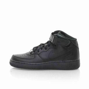Säljer mina svarta air force 1 som jag endast använt i ca 2 månader. Det är sköna skor som är så enkla att gå med.Säljer dom för 499 och fri frakt.pris kan diskuteras vid snabbaffär