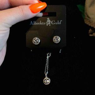 Säljer jättefint silver halsband med matchande silver örhängen, köpta på Albrekts guld för 500kr, priset kan diskuteras. Möts bara upp i STOCKHOLMs området   ÄKTA SILVER