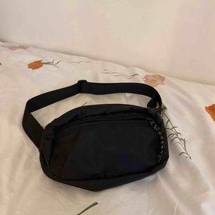 Säljer en helt oanvänd magväska från weekday💛 Som man ser på sista bilden går snörena att ta av och på. Nypris: 250 kr. Köparen står för frakten😇
