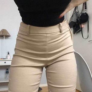 mina favvis kostymbyxor i en beige snygg färg, sitter superbra och har en dragkedja på sidan samt hål för skärp och fake fickor ibak🌸  kan mötas i Uppsala eller frakta emot kostnad😊