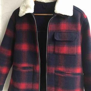 Säljer min finaste jacka från Zara i strl xs/s beroende på längden. Först till kvarn ❤️💙🌷🎀🌸
