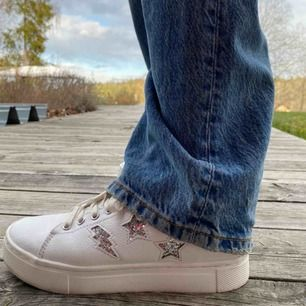 Vita sneakers med glittriga stjärnor och blixtar på. Perfekta nu till våren⭐️⭐️
