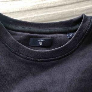 Marinblå sweatshirt från Gant. Den är använd ett fåtal gånger och är i bra sick