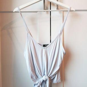 Ljusblått linne med söt knytning vid midjan. Strl.S Aldrig använd🌸