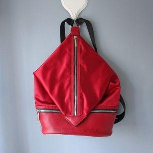 Snygg ryggsäck från Kendall+Kylie! Den har ett stort tack och ett lite mindre, ryggsäcken är i mycket fint skick! Inköpspris - 60€ Mitt pris - 380 kr exklusive frakt 💖 Kolla gärna in mina andra plagg  jag säljer som bla jeansen i bild 2 💕