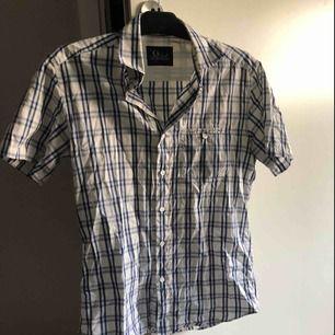 Somrig skjorta med korta ärmar från Peak Performance!  Sparsamt använd!   Hämtas hos mig på Kungsholmen eller skickas mot frakt på 18 kr! 💌