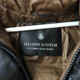 Skit snygg Maison Scotch jacka!!! Använd men ser nästan ny ut👍🏼 skriv för fler bilder, frakt tillkommer