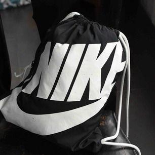 Nike gympåse- med ett smart fack på sidan. Lite små slitningar på framsidan- men fortfarande riktigt snygg - vill man göra om den lite så rekommenderar jag nagellack i olika färger för ett coolt resultat. Möts i sthlm- frakt står köpare för 📦 🚚
