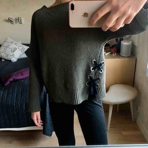 Mörkgrön stickad tröja med detaljer från zara! Är köpt på barnavdelningen i storlek 164 men passar även bra på mig som har S! Jätteskönt material, frakt tillkommer💚