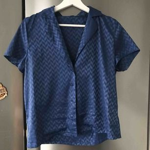 Super fin silkes skjorta med fina mönster från NAKD  Frakt 24 kr