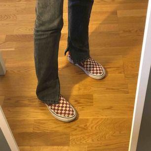 Säljer dessa rutiga slip-on vans skor! Skorna är i bra skick💕 Frakt ingår i priset