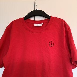Snygg t-shirt köpt på Weekday's hemsida, säljer för att jag köpt fel strlk och den säljs inte längre :), köpare står för frakt och priset kan alltid diskuteras. Original pris : 199kr